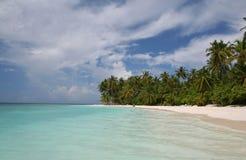 热带海滩含沙的海运 库存照片