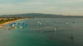 热带海滩和帆船,博拉凯,菲律宾 股票视频