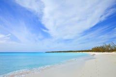 热带海滩和脚印 免版税库存照片