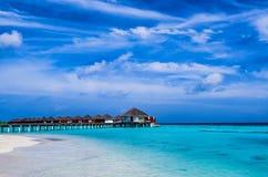 热带海滩和Overwater平房 免版税图库摄影