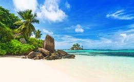 热带海滩在海岛Mahe,塞舌尔群岛的Anse Royale 免版税图库摄影