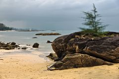 热带海滩在阴沉的天气天 免版税库存图片