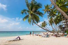 热带海滩在Maafushi海岛马尔代夫 免版税库存图片