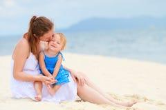 热带海滩女儿爱恋的母亲 图库摄影