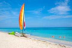 热带海滩巴拉德罗角在有一条五颜六色的风船的古巴 库存照片