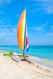 热带海滩巴拉德罗角在有一条五颜六色的风船的古巴 图库摄影