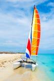热带海滩巴拉德罗角在有一条五颜六色的风船的古巴 免版税库存照片