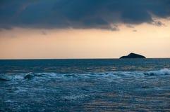 热带海滩日落,浪漫逃走 库存照片