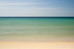 热带海滩海运简单的天空 免版税库存照片