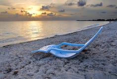 热带海滩的古巴人 免版税库存照片