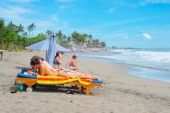 热带海滩的夫妇 巴厘岛 图库摄影