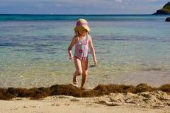 热带海滩的女孩在斐济的南太平洋海岛 库存照片