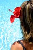 热带海滩的女孩 免版税库存图片