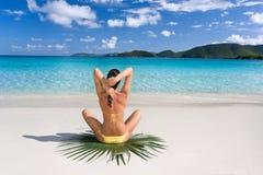 热带海滩的女性 免版税库存照片
