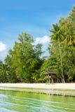 热带海滩的小屋 库存图片
