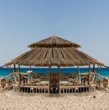 热带海滩的小屋 免版税库存图片