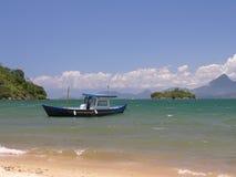 热带海滩的小船 免版税库存照片