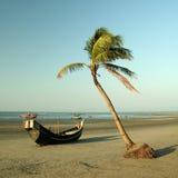 热带海滩的小船 库存图片