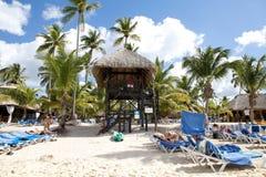热带海滩的救生员 免版税库存照片