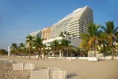 热带海滩的旅馆 免版税库存图片