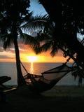 热带海滩的日落 免版税库存图片