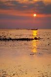 热带海滩的日落 库存图片