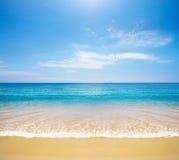 热带海滩的海运 库存照片