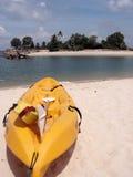 热带海滩的皮船 库存图片