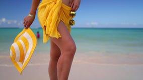 热带海滩的美丽的年轻女人 在加勒比岛上的暑假 股票视频