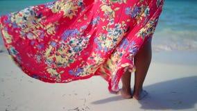 热带海滩的美丽的年轻女人 在加勒比岛上的暑假 股票录像