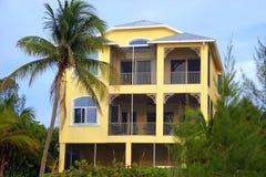 热带海滩的豪宅 免版税库存图片