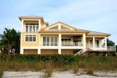 热带海滩的豪宅 免版税图库摄影
