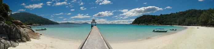 热带海滩的跳船 库存图片