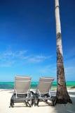 热带海滩的躺椅 库存照片