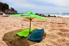 热带海滩的遮阳伞 免版税库存图片
