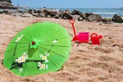 热带海滩的遮阳伞 免版税图库摄影