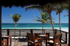 热带海滩的露台 免版税库存照片