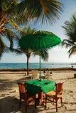 热带海滩的餐桌 免版税库存照片