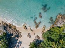 热带海滩的鸟瞰图与岩石的 库存图片