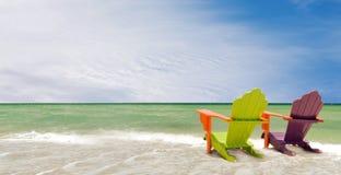 热带海滩睡椅五颜六色的全景 库存照片