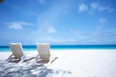 热带海滩睡椅的休息室 免版税库存照片