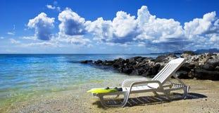 热带海滩睡椅的海岛 免版税图库摄影