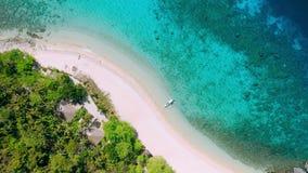 热带海滩空中英尺长度在直升机海岛上的有棕榈树、蓝色盐水湖、天蓝色的清楚的水和珊瑚礁的 影视素材