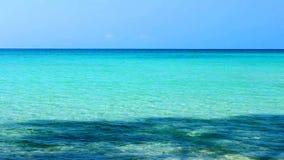 热带海滩绿松石水夏天和蓝天秀丽天自然本底 股票录像