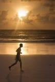 热带海滩跑步的人 免版税库存图片
