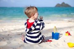 热带海滩逗人喜爱的小孩 免版税库存照片
