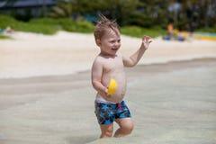 热带海滩逗人喜爱的小孩 免版税库存图片