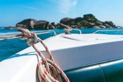 热带海看法从游艇的或小船,船锚绳索被栓的,清楚的水和石美丽象天堂 免版税库存照片