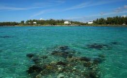 热带海,有一块可看见的礁石的 免版税库存图片