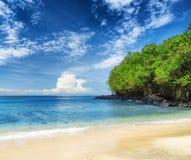 热带海滩。Padangbai,巴厘岛,印度尼西亚 图库摄影